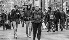 2665  Escena callejera (Ricard Gabarrús) Tags: blancoynegro callejeando calle paseo gente virado ricardgabarrus olympus ricgaba