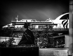 Indifférence  /  Disinterest (vedebe) Tags: nb noiretblanc netb bw monochrome bateaux bateau humain human people fenêtre ville city rue street urbain urban