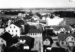 tm_6316 - Tidaholm, Västergötland (Tidaholms Museum) Tags: svartvit positiv bostadshus tidaholm affärsbyggnad stadsgata