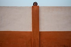 Woman in Abomey (puuuuuuuuce) Tags: benin abomey portrait streetphotography humaningeometry woman wall