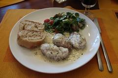 Schweinefilet mit Ziegenkäse in Sahnesoße zu Salat und Baguette (mein Teller) (multipel_bleiben) Tags: essen zugastbeifreunden schweinefleisch sose salat baguette