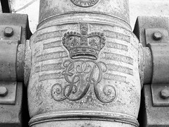 Cannon at the College of William & Mary, Williamsburg, Virginia, USA. (Blue et Bleu) Tags: blackandwhite noiretblanc cannon canon collegeofwilliammary williamsburg virginia virginie usa étatsunis collègedewilliametmary suddesétatsunis monogram monogramme crown couronne english anglais letters lettres writing écriture