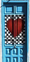 Si el amor llama a tu puerta  que la encuentre siempre abierta  no la cierres nunca, invítalo a pasar...   Ábrele, no te entretengas  no lo dejes, no lo pierdas  que no sabes cuando volverá a llamar... (elena m.d.) Tags: guadalajara nikon d5600 sigma sigma105 azul