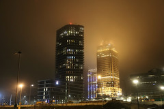 De Omval - Amsterdam (Netherlands) (Meteorry) Tags: europe nederland netherlands holland paysbas noordholland amsterdam oost east est omval amstelstation julianaplein amsteltower rembrandttoren rembrandttower skyscrapers city urban meiningerhotel mist brouillard evening night soir december 2018 meteorry