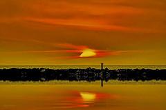 Vendo o pôr-do-sol... (Zéza Lemos) Tags: portugal praia puestadelsol pordesol pôrdosol algarve água areia ondas oceano quebramar sunset sol natureza nuvens núvens mar entardecer anoitecer vilamoura reflexos