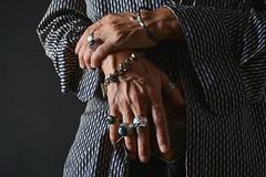 Manos masculinas con anillos y pulseras (dorieo21) Tags: bracelet brazalete ring anillo hand mano skull calavera crâne main bague