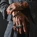 Manos masculinas con anillos y pulseras