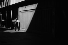 Mujeres En La Ciudad XXXIII / Women In The City XXXIII (natan_salinas) Tags: valparaíso valpo streetphotography fotografíaurbana fotografíacallejera bw blackwhite blanconegro bn blancoynegro blackandwhite monocromático monochrome nikon gente look people city ciudad d5100 calle street 50mm architecture noiretblanc urbe urban urbano arquitectura luz light shadow sombras mujer woman female femenine femme
