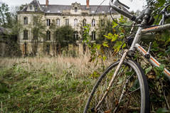 Château Sécession (skyphotographie) Tags: chateauabandonné chateau abandonedcastle castle abandonedplaces abandoned abandonedbuildings abandon abandonné decay derelict dereliction discover explorationurbaine exploration explore urbex urbanexploration grime ruin oldcastle bike
