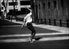 Reprendre le mode d'emploi du skate   / Take skate instruction manual (vedebe) Tags: ville city rue urbain street urban urbanarte sport sportifs noiretblanc netb nb bw monochrome