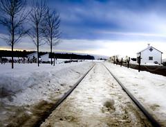 Suivre sa voie... (AlainC3) Tags: hiver winter paysage backcountry nature railways baiesaintpaul charlevoix québec nikond7500 ciel sky neige snow maison house arbres trees