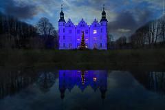 Castle in blue (guidokpunkt) Tags: nacht blau 2018 fotografie nnightlife bluenight night guidokpunkt xmas wasser castle reflection tree impressionen fog clouds blue sky ahrensburg schloss water spiegelung