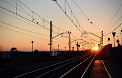 Estació de Rodalies 3 (Xevi V) Tags: catalonia catalunya elmaresme maresme vilassardemar estació renfe rodalies sunset sol isiplou rail rails raïl raïls carril carrils via vies