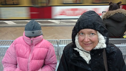 Ami & Kim waiting for the S-Bahn