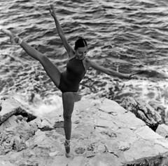 Danser au rythme des vagues (lizardking_cda) Tags: medium moyen format film analog ilford delta400professionaldp400 portrait model danseuse dancer ballerina ballet photoshoot shooting beautiful belle woman femme fille girl fashion fine art saintjeancapferrat nice côte azur rviera france sea mer méditerranée plage beach shore rivage rock rocher eoshe chercherlafemme summer été bw nb argentique danse dance smile sourire mood melancholy mélancolie romantic romantique artiste pointe shoes body sexy glamour swimwear sensual french mexican elegant grain monochrome legs jambes waves vagues ishootfilm filmisnotdead hasselblad