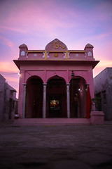 Pink  - Takumar S-M-C 28mm 3.5 (thomas.pirolt) Tags: india goverdhan radhakund streetphotography street streetlife sony a7 a7ii candid moment theindiatree takumar smc 28mm 35 architecture red pink lila temple sky sunset color colors