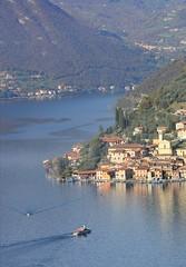 Montisola (Maria Teresa D) Tags: lombardia lago borghipiùbelliditalia borgo paesaggio acqua barche italy italia montisola azzurro piazza