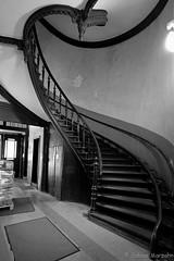 Schwungvoll (Sockenhummel) Tags: treppe treppenhaus stairway staircase geländer schwung blacklwhite schwarzweis monochrom einfarbig haus gebäude architektur wohnhaus berlin stairwell escaliers stairs stufen altbau blackwhite fuji xt10