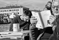 venezia ... (andrealinss) Tags: italia italien italy venedig venezia venice schwarzweiss street streetphotography streetfotografie bw blackandwhite andrealinss 35mm cafe