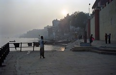 A4053 (lumenus) Tags: india up uttarpradesh varanasi benares morming ghat ganges