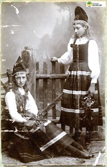 tm_11129 - 1893 (Tidaholms Museum) Tags: färgat positiv gruppfoto 1893 flickor girls rekvisita dekor landskapsdräkt dress costume 1890talet decor properties requisites vykort postcard brevkort