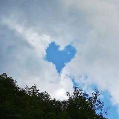 Cuore effimero - Ephemeral heart (Flavio Calcagnini) Tags: cuore heart cielo sky cloud clouds nuvole alberi trees blue white green landscape paesaggio flavio calcagnini photography azzurro bianco verde
