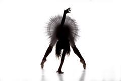Nuria (Pelayo González Fotografía) Tags: mujher woman female retrato portrait backlight silhouette silueta contraluz ballerina ballet bailarina dancer balletdancer pointe shoes tutu high key clave alta studio model