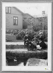tm_11029 Fam Lidwall 1889 (Tidaholms Museum) Tags: svartvit positiv byggnad building exteriör exterior bostadshus trädgård 1889 segelbåt sailboat garden family familj furniture