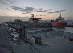 (laurentgaudart) Tags: kingstonuponhull uk film 120 mamiya645protl landscape harbour port harbor hafen paysage entrepôts warehouses workboat