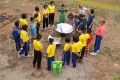 Les bénévoles organisent des activités pédagogiques avec les professeurs locaux (infoglobalong) Tags: stage étudiant service bénévolat volontaire international engagement solidaire voyage découverte enseignement éducation école enfants aide alphabétisation scolaire asie thaïlande jeux sport art informatique rénovations