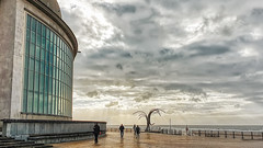 20190316_165438 (Eric Erac) Tags: mer sea cloudy sky ciel nuageux nuages clouds homme femme man woman amour love rêve dream ostende oostende belgique belgium
