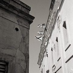 Flags (Eddie La Mole) Tags: fortress castle reallyold plaster flags oldsanjuan blackandwhite monochrome 35mm film rangefinder olympus35sp kodaktmax d761195mins
