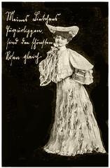 1907 Vorführdame mit einkoiertem Spruch (zimmermann8821) Tags: atelierfotografie druck fotografie gruskarte postkarte deutscheskaiserreich berlin