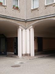 Der Durchgang. / 05.04.2019 (ben.kaden) Tags: berlin berlinmitte französischestrase manfredprasser 1983 1987 architekturderddr architektur ostmoderne plattenbau 2019 05042019 neohistorismus wohnquartier36 berlinerkombinatingenieurhochbauihb