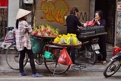 Hanoi - scène de rue 10 (luco*) Tags: vietnam hanoi street rue scene scène femme woman vendeuse seller fruits du dragon