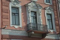 Une façade (RarOiseau) Tags: russie façade rue sculpture fenêtre saintpétersbourg architecture