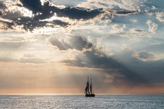 Segelschiff im Sonnenlicht (Petra Runge) Tags: himmel wasser meer sonnenuntergang segelschiff sunset cloud sea water sky sonnenstrahlen sunbeams sailingship wolken ostsee balticsea