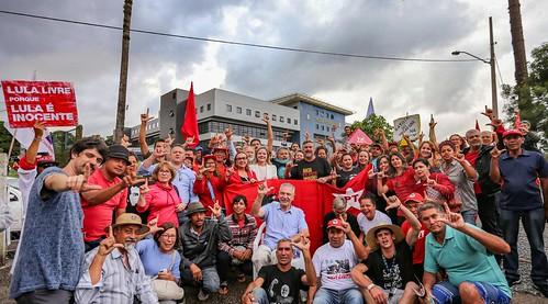 Deputados federais Paulo Pimenta (PT) e Gleisi Hoffmann (PT) se somaram à Vigília Lula Livre em Curitiba nesta quinta (28). Foto: Ricardo Stuckert