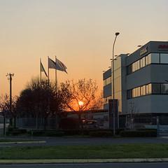 (Paolo Cozzarizza) Tags: italia lombardia bergamo bonatesotto cielo tramonto bandiera erba aiuola strada alberi