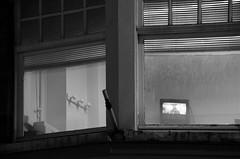 (Jean-Luc Léopoldi) Tags: fenêtres soir rue television patères storesvénitiens venetianblinds