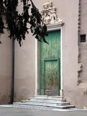 vecchie porte (fotomie2009) Tags: savona liguria italy italia porta portale portone door portal portail scalini duomo framing