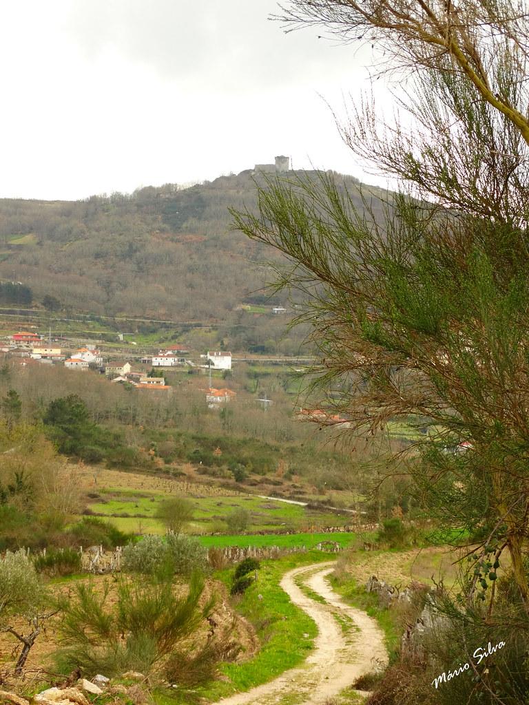 Águas Frias (Chaves) - ...Caminho rural, a Aldeia e o Castelo ...