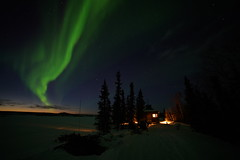 (Camusi) Tags: canada northwestterritories northof60 nord north nwt tno territoiresdunordouest yellowknife auroresboreales auroraborealis northernlights green vert sky ciel night nuit sonyalpha7iii rokinon14mm sunset coucherdesoleil cabin chalet islandlake frozenlake lacgelé