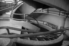 Angulos. (Lea Ruiz Donoso) Tags: escalera arquitectura líneas 2019 sony lines curvy spiral curvas blancoynegro blackandwhite bw monochrom calleserrano serrano street madrid spain españa treppe escalones escalier steps stairs staircase
