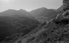 Montagne alle spalle di Elcito (mikele.nicoletti) Tags: pentaxmx asashipentax28mm28lens ilfordhp5 selfdeveloping homedeveloping kodakd7611 film filmphotography filmisnotdead ibeliveinfilm panorama landscape blackwhite biancoenero elcito marche sanseverinomarche italy 35mm scanfromnegativefilm epsonv600scan