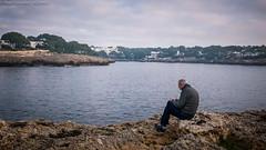 Que nunca nos falte un amigo. (AGONZA) Tags: paisaje cielo agua cala roca casas mediterráneo barca nubes ángel amigo