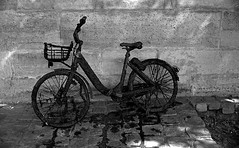 Rode hard and put away wet... (bingley0522) Tags: leicam2 canon35mmf20ltm tmax400 hc110h epsonv500scanner paris seine parisheatwave bicycle ordinarythings commonplacethings autaut
