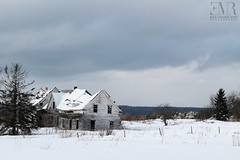 Maison abandonnée, La Célèbre (Eve-Marie Roy) Tags: evemarieroy costard maison home house abandonnée abandoned abandon village rurale rural campagne old decay ruralexploration rurex cantonsdelest easterntownships estrie quebec canada neige winter snow hiver