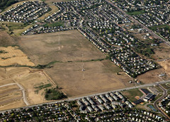 2018_07_18_den-pdx033 (Nfrastructure) Tags: 20180718 denpdx ascent aerial windowseat windowshot aviation flying brown suburb sprawl thornton thontoncolorado denver denvercolorado radio transmitter tower antennas array directional development khow know630