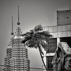 Anglų lietuvių žodynas. Žodis Twin Towers reiškia Pasaulio prekybos centras lietuviškai.